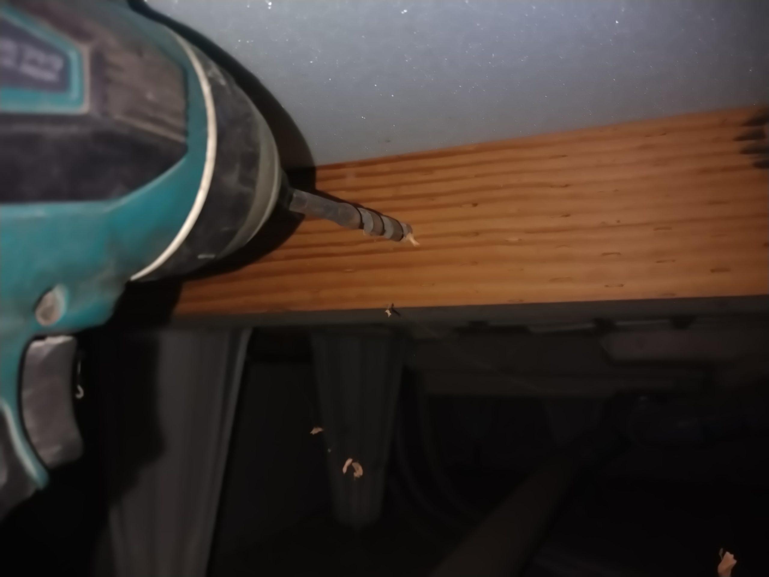 シロアリ駆除・床下木材にドリルで穴を開ける施工1