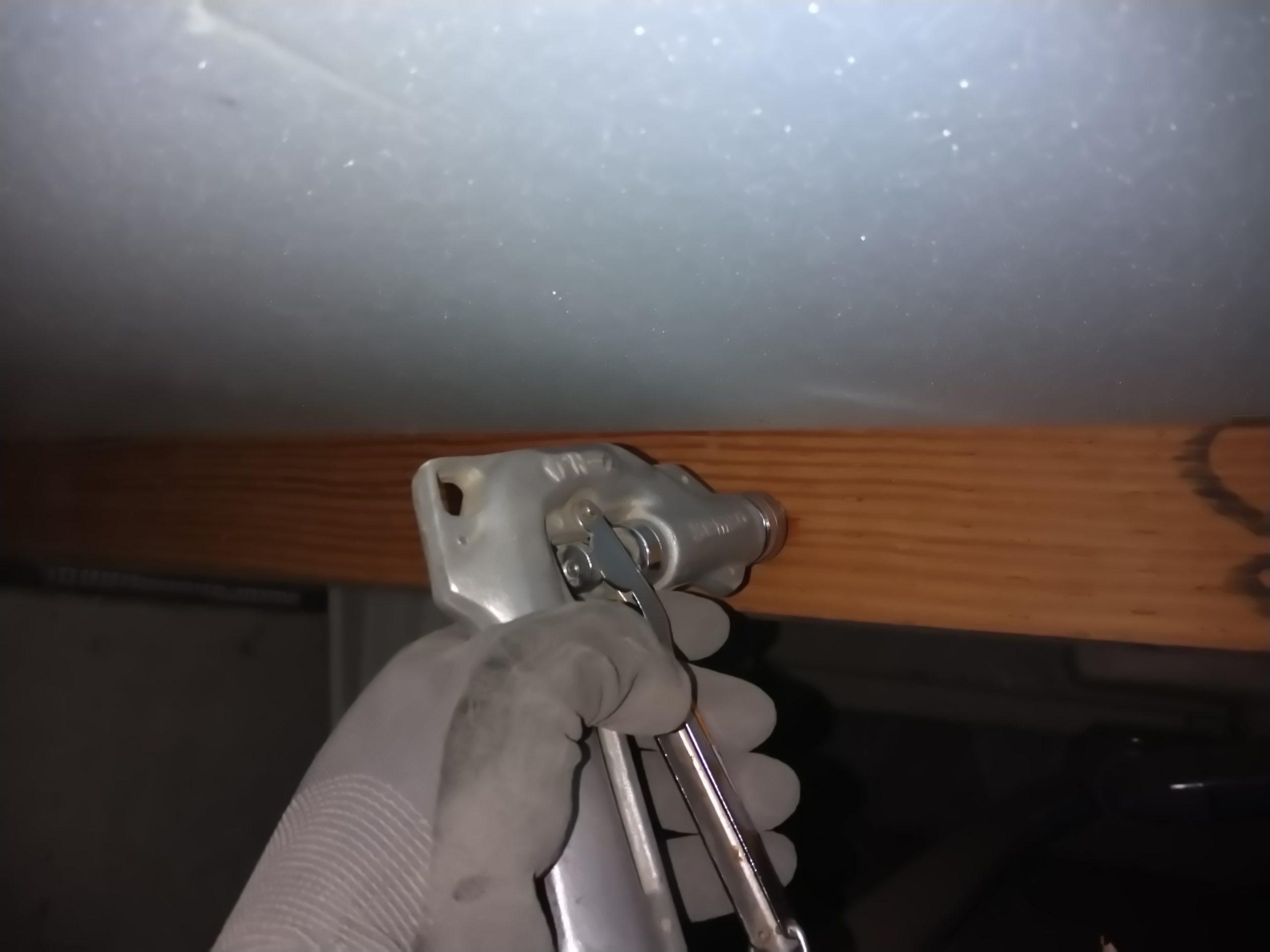 シロアリ駆除・床下木材にドリルで穴を開け薬剤注入施工2